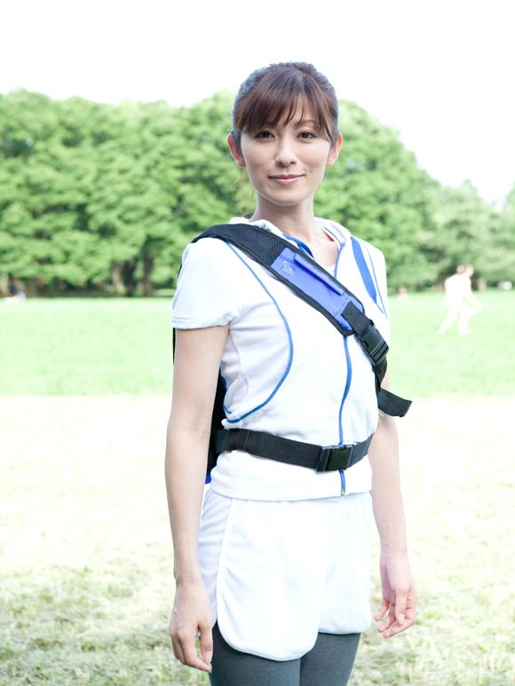 トレーニングウエアを着て立つ中田有紀
